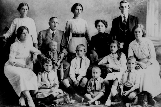 Portrait of the Alexander family of Rosalie Brisbane 1914
