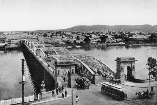 Traffic entering and leaving the second permanent Victoria Bridge in Brisbane ca 1913