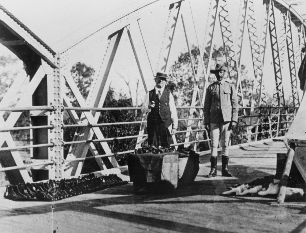 A policeman and salesman on the bridge which is a border crossing
